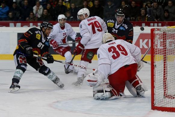 05.03.2015; Bern: Eishockey NLA Playoff - SC Bern - Lausanne HC: Thomas Ruefenacht (Bern), Joel Genazzi (Lausanne), Simon Moser (Bern) und Cristobal Huet (Lausanne) vl. (Christian Pfander/freshfocus)