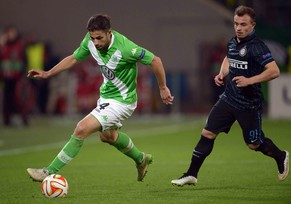 epa04659505 Wolfsburg's Ricardo Rodriguez (L) and Inter's Xherdan Shaqiri (R) vie for the ball during the UEFA Europa League round of 16 first leg soccer match between VfL Wolfsburg vs Internazionale Milan at Volokswagen Arena stadium in Wolfsburg, Germany, 12 March 2015.  EPA/PETER STEFFEN