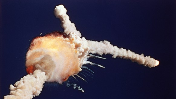 "ZUM 30. JAHRESTAG DER EXPLOSION DES NASA SPACE SHUTTLE ""CHALLENGER"" NACH DEM START AUF DEM KENNEDY SPACE CENTER IN FLORIDA, USA, AM DONNERSTAG, 28. JANUAR 2016, STELLEN WIR IHNEN FOLGENDES BILDMATERIAL ZUR VERFUEGUNG - In this Jan. 28, 1986 photo, the space shuttle Challenger explodes shortly after lifting off from the Kennedy Space Center in Cape Canaveral, Fla. Sony Electronics and the Nielsen television research company collaborated on a survey ranking TV's most memorable moments. Other TV events include, the Sept. 11 attacks in 2001, Hurricane Katrina in 2005, the O.J. Simpson murder trial verdict in 1995 and the death of Osama bin Laden in 2011. (KEYSTONE/AP Photo/Bruce Weaver)"