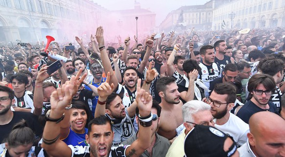 epa06008692 Juventus' supporters watch the UEFA Champions League final soccer match Juventus FC vs Real Madrid CF in San Carlo's Square in Turin, Italy, 03 June 2017.  EPA/ALESSANDRO DI MARCO