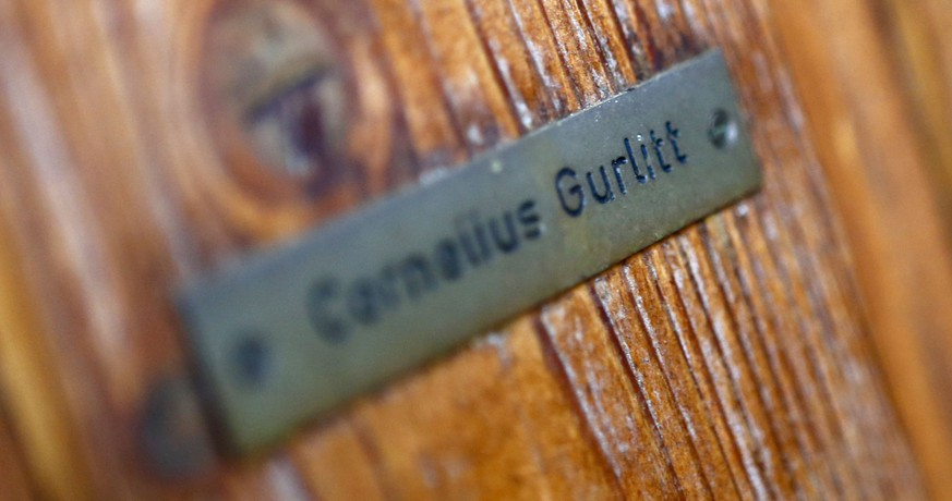 The name plate on the house of art collector Cornelius Gurlitt is pictured in Salzburg, in this November 6, 2013 file picture. Over two years after the discovery of missing masterpieces looted by the Nazis from their Jewish owners, German officials and a Swiss museum are expected to confirm on November 24, 2014, that the paintings will go to Switzerland. The Bern Art Museum discovered in May it had been named sole heir of Cornelius Gurlitt, the recluse who kept the collection of 1,280 artworks hidden for decades until tax inspectors stumbled upon them on a visit to his Munich apartment in 2012. REUTERS/Dominic Ebenbichler/Files (AUSTRIA - Tags: SOCIETY)