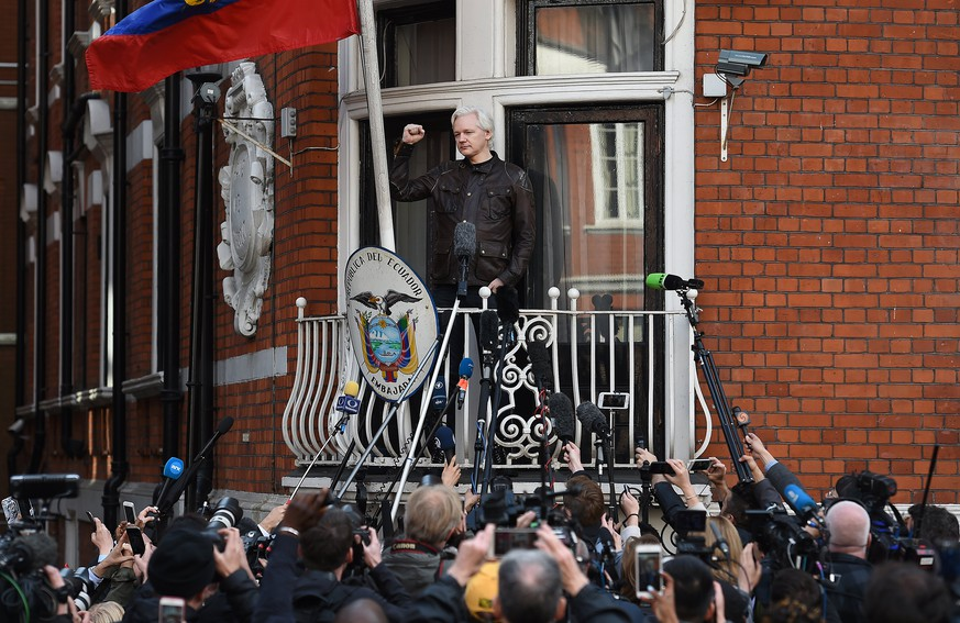 epa06634656 (FILE) - Wikileaks founder Julian Assange speaks to the media from the balcony of the Ecuadorian Embassy in London, Britain, 19 May 2017 (reissued 28 March 2018). Media reports on 28 March 2018 state that Ecuadorean embassy may have cut off  Assange's communication to outside of the embassy in London.  EPA/ANDY RAIN *** Local Caption *** 53823893