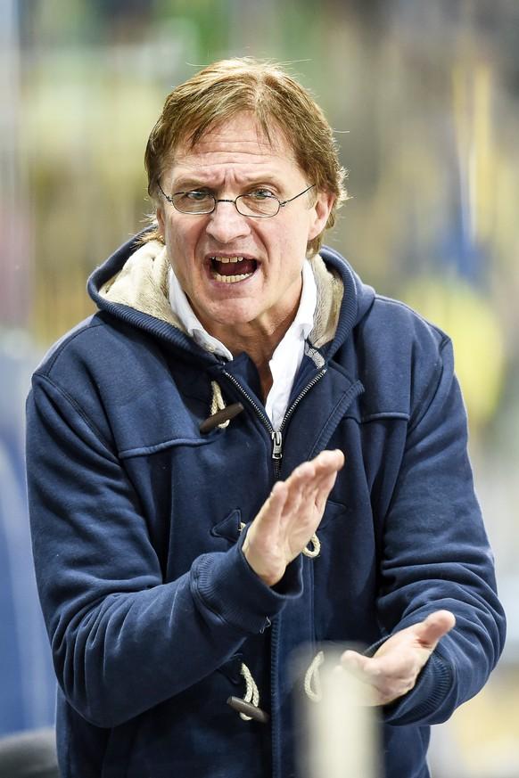 Der Davoser Trainer Arno Del Curto, beim Eishockeyspiel der National League A zwischen dem HC Davos und den Rapperswil-Jona Lakers, am Samstag, 6. Dezember 2014, in der Vaillant Arena in Davos. (KEYSTONE/Gian Ehrenzeller)
