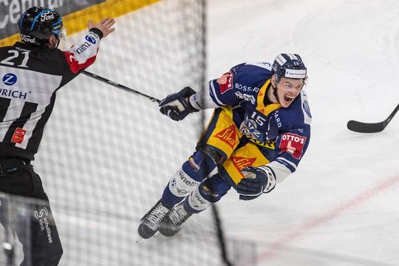 Gregory Hofmann von Zug feiert das Tor zum 2:1 beim Spiel 3 des Playoff Final Spiel der Eishockey Meisterschaftsspiel der National League zwischen dem EV Zug und dem Geneve Servette HC am Freitag, 7. Mai 2021 in Zug. (KEYSTONE/Urs Flueeler).