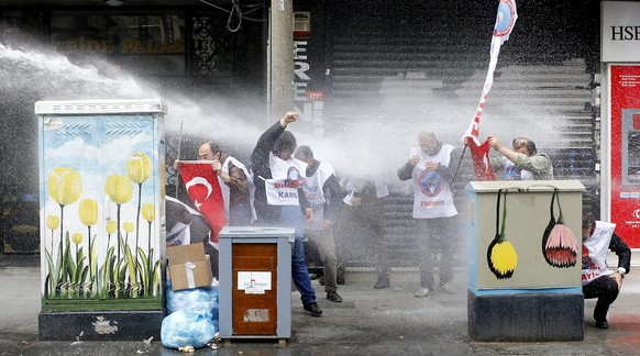 epa05285296 Protestors clash with riot police as they try to reach Taksim Square for an illegal May day celebration in Istanbul, Turkey 01 May 2016. Labour Day or May Day is observed all over the world on the first day of the May to celebrate the economic and social achievements of workers and fight for labourers rights.  EPA/SEDAT SUNA