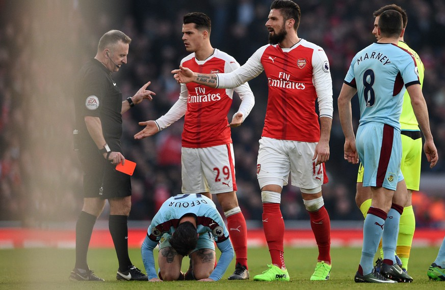 epa05742039 Arsenal Granit Xhaka (C) is being sent off by referee Jon Moss against Burnley during the English Premier League game between Arsenal and Burnley at Emirates Stadium in London, Britain, 22 January 2017.  EPA/FACUNDO ARRIZABALAGA EDITORIAL USE ONLY. No use with unauthorized audio, video, data, fixture lists, club/league logos or 'live' services. Online in-match use limited to 75 images, no video emulation. No use in betting, games or single club/league/player publications