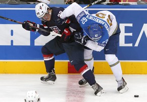 epa04209304 Peter Mueller (L) of the USA in action against Kazakhstan's Vadim Krasnoslobotsev (R) during the Ice Hockey World Championship 2014 match between USA and Kazakhstan at the Minsk arena in Minsk, Belarus, 16 May 2014.  EPA/ANATOLY MALTSEV