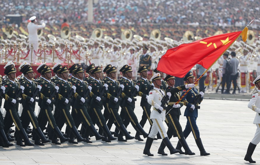 epa07884029 Chinese troops march past Tiananmen Square during a military parade marking the 70th anniversary of the founding of the People's Republic of China, in Beijing, China, 01 October 2019. China commemorates the 70th anniversary of the founding of the People's Republic of China on 01 October 2019 with a grand military parade and mass pageant.  EPA/ROMAN PILIPEY