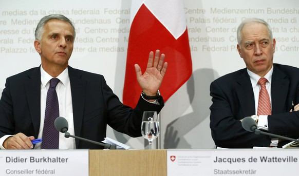 Swiss Foreign Minister Didier Burkhalter addresses a news conference next to Swiss Secretary of State Jacques de Watteville after the weekly meeting of the Federal Council in Bern, Switzerland, December 4, 2015. Switzerland's government plans to draft unilateral cubs on immigration by March 2016 should the country fail to reach an agreement with Europe over limits on the free movement of people, Swiss President Simonetta Sommaruga said on December 4, 2015.  REUTERS/Ruben Sprich