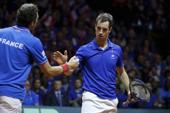 France's Julien Benneteau (L) shakes hands with his team mate Richard Gasquet (R) during  their Davis Cup final doubles tennis match against Switzerland's Roger Federer and Stanislas Wawrinka at the Pierre-Mauroy stadium in Villeneuve d'Ascq, near Lille, November 22, 2014. REUTERS/Pascal Rossignol  (FRANCE - Tags: SPORT TENNIS)