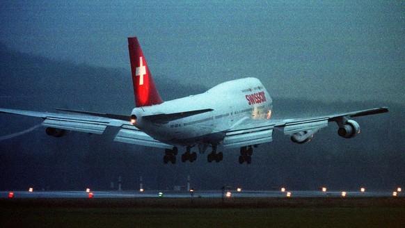 Die letzte Boeing 747 der Swissair setzt am Montag morgen, 10. Januar 2000, in Zuerich-Kloten von Atlanta kommend zur letzten Landung unter Schweizer Flagge an. Der vor dreissig Jahren mit Abstand groesste Flugzeugtyp der Welt flog 29 Jahre fuer die Swissair.        (KEYSTONE/Christoph Ruckstuhl)