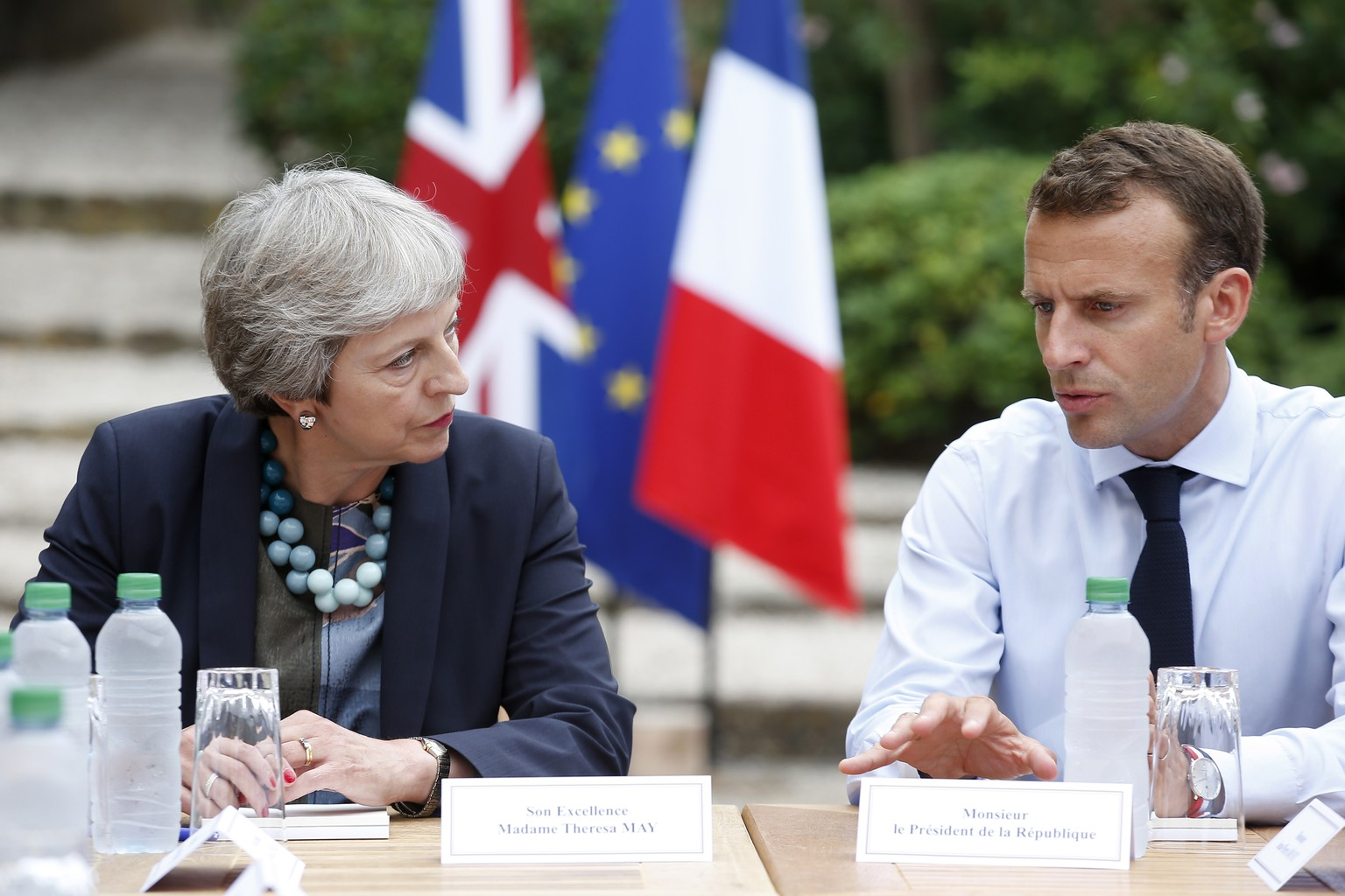 epa06925746 French President Emmanuel Macron (R) meets with British Prime Minister Theresa May (L) at the Fort de Bregancon in Bornes-les-Mimosas, southern France, 03 August 2018. May cut her holiday for this meeting at the French presidential summer retreat.  EPA/SEBASTIEN NOGIER / POOL MAXPPP OUT