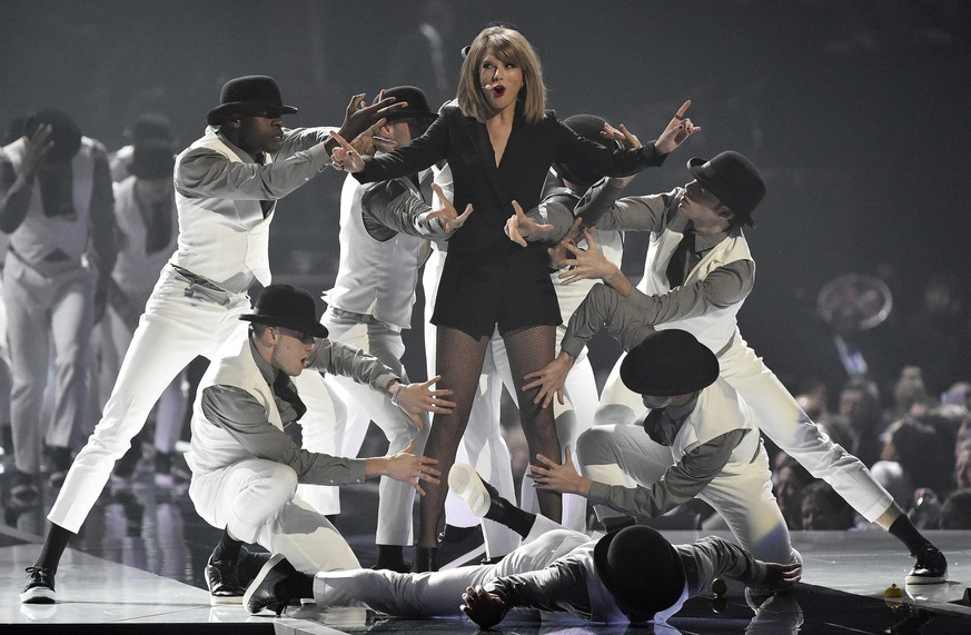 Taylor Swift performs at the BRIT music awards at the O2 Arena in Greenwich, London, February 25, 2015. REUTERS/Toby Melville (BRITAIN - Tags: ENTERTAINMENT)