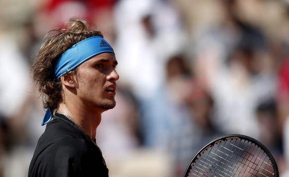 epa07617109 Alexander Zverev of Germany plays Dusan Lajovic of Serbia during their men's third round match during the French Open tennis tournament at Roland Garros in Paris, France, 01 June 2019.  EPA/YOAN VALAT