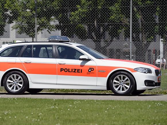Eine Frau ist am Dienstagabend auf Zürcher Stadtgebiet von der Europabrücke auf das Autobahn-Teilstück der A1H gefallen. Die Kantonspolizei Zürich sucht Zeugen. (Symbolbild)