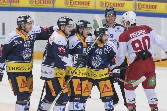 Die Zuger feiern das 3:1beim Eishockey Meisterschaftsspiel in der Qualifikation der National League zwischen dem EV Zug und dem HC Lausanne vom Dienstag, 12. September 2017 in Zug. (KEYSTONE/Urs Flueeler)