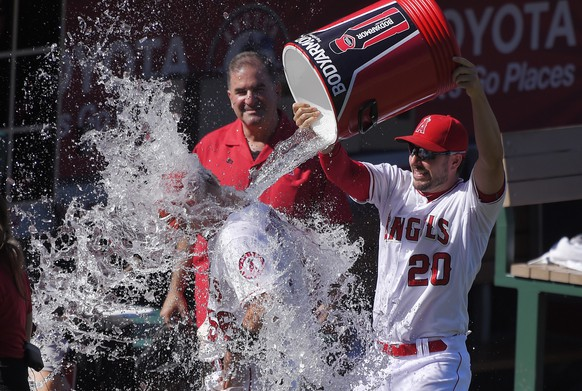 Los Angeles Angels' Matt Joyce, right, douses Kole Calhoun after they defeated the Seattle Mariners 3-2 in a baseball game, Sunday, Sept. 27, 2015, in Anaheim, Calif. Calhoun drove in the tiebreaking run in the eighth inning. (AP Photo/Mark J. Terrill)