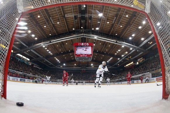 Fribourg's players jubilate after scored a goal into the Lausanne's empty goal, during a National League A regular season game of the Swiss Championship between Lausanne HC and HC Fribourg Gotteron, at the Malley stadium in Lausanne, Saturday, January 9, 2015. (KEYSTONE/Salvatore Di Nolfi)