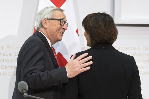 European Commission President Jean-Claude Juncker, left, and Swiss Federal President Doris Leuthard at the end of a press conference, during his official visit in Bern, Switzerland, Thursday, November 23, 2017. (KEYSTONE/Peter Klaunzer)