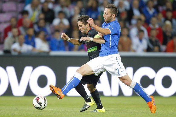 Italy's Andrea Bertolacci, right, fights for the ball against Portugal's Joao Moutinho during their international friendly soccer game at the Stade de Geneve in Geneva, Switzerland, Tuesday, June 16, 2015. (KEYSTONE/Valentin Flauraud)
