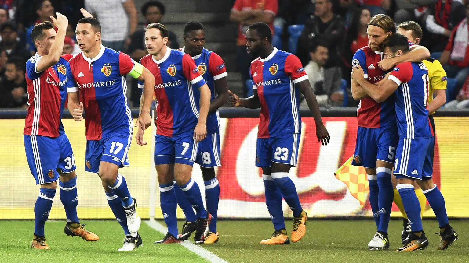 epa06230845 Basel's Michael Lang (2-R) celebrates with his teammates after scoring the 1-0 lead during the UEFA Champions League group A soccer match between FC Basel 1893 and Benfica Lisbon in the St. Jakob-Park stadium in Basel, Switzerland, 27 September 2017.  EPA/GEORGIOS KEFALAS