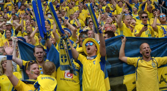 epa05361991 Supporters of Sweden cheer prior to the UEFA EURO 2016 group E preliminary round match between Ireland and Sweden at Stade de France in Saint-Denis, France, 13 June 2016.