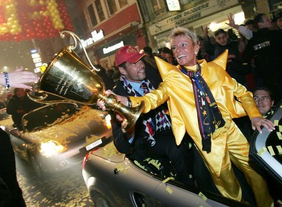 Gigi Oeri, rechts, Vizepraesidentin des FC Basel, und Pascal Zuberbuehler lassen sich am Samstag, 23. Mai 2004, auf der Fahrt zum Barfuesserplatz von den Fans feiern. (KEYSTONE/Markus Stuecklin)