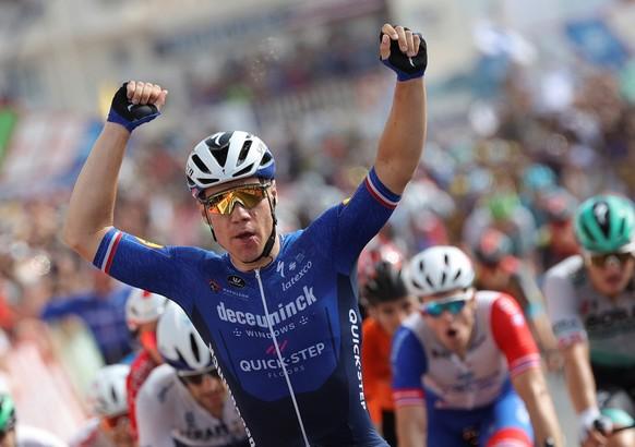 epa09423447 Dutch Fabio Jakobsen, of Deceuninck Quick Step team, celebrates after winning the 8th stage of the Spanish Cycling Vuelta, a 173,7 km-long race between Santa Pola (Alicante) and La Manga del Mar Menor (Murcia), in Santa Pola, in Alicante region, Spain, 21 August 2021.  EPA/Manuel Bruque