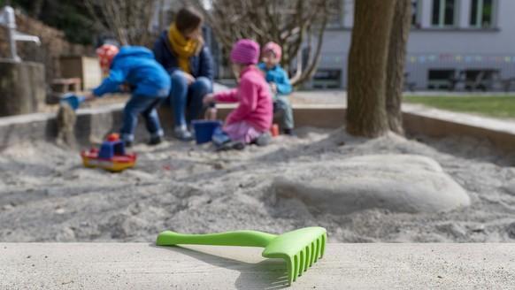 ZUM BETRIEB IN DER GFZ KINDERTAGESSTAETTE 1 WAEHREND DER CORONA-PANDEMIE STELLEN WIR IHNEN FOLGENDES NEUES BILDMATERIAL ZUR VERFUEGUNG - WEITERE BILDER FINDEN SIE AUF visual.keystone-sda.ch --- Kinder spielen unter Aufsicht einer Kinderbetreuerin im Sandkasten im Garten der GFZ Kindertagesstaette 1 waehrend der Coronavirus-Pandemie, fotografiert am 27. Maerz 2020 in Zuerich. (KEYSTONE/Christian Beutler)