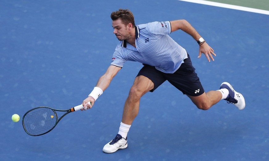 epa07815462 Stan Wawrinka of Switzerland hits a return to Daniil Medvedev of Russia during their quarter-finals round match on the ninth day of the US Open Tennis Championships the USTA National Tennis Center in Flushing Meadows, New York, USA, 03 September 2019. The US Open runs from 26 August through 08 September.  EPA/JUSTIN LANE