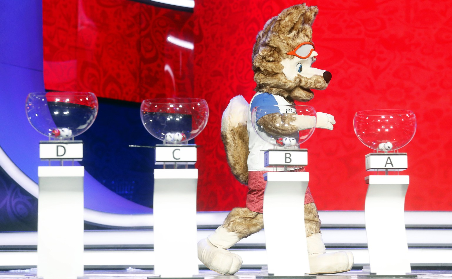 epa06357444 The official mascot of the FIFA World Cup 2018, the wolf Zabivaka, attends a rehearse on stage for the FIFA World Cup 2018 Final Draw in the State Kremlin Palace in Moscow, Russia, 29 November 2017. The Final Draw for the FIFA World Cup 2018 in Russia will take place in Moscow on 01 December 2017.  EPA/SERGEI CHIRIKOV