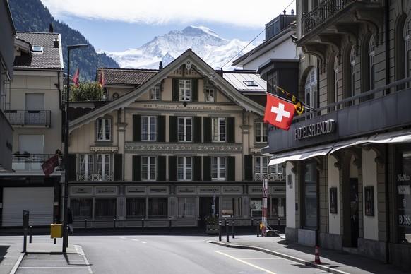 Leere Strassen mit dem Jungfraumassiv im Hintergrund, am Sonntag, 3. Mai 2020, in Interlaken. Bedingt durch die Weltweite Coronavirus Pandemie wird in der Schweiz ein deutlicher Rueckgang auslaendischer Touristen erwartet. (KEYSTONE/Peter Schneider)