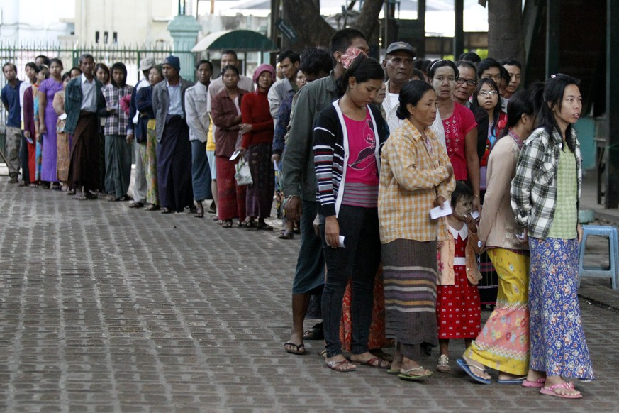 epa05016101 Myanmar peoples wait to cast their ballot for advance voting at a polling station in Mandalay, Myanmar, 08 November 2015. Myanmar held the first general elections for 25 years since 1990 that all major parties have contested a poll. Aung San Suu Kyi's National League for Democracy won the 1990 polls, but the results were annulled by the military.  EPA/HEIN HTET