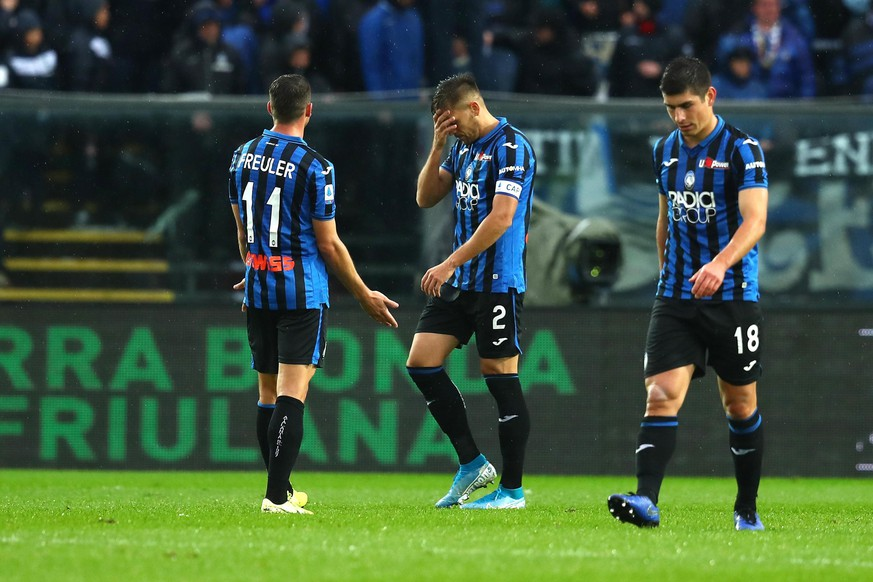 epa07969557 Atalanta's players show their dejection after Cagliari's Christian Oliva scored a goal during the Italian Serie A soccer match Atalanta BC vs Cagliari Calcio at the Gewiss Stadium in Bergamo, Italy, 03 November 2019.  EPA/PAOLO MAGNI