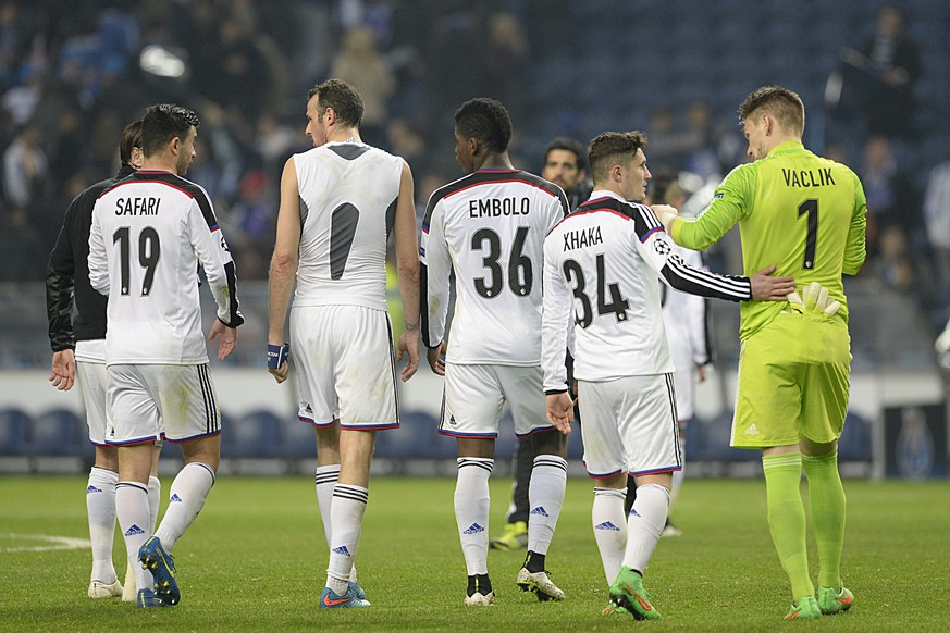 The players of Switzerland's FC Basel leave the pitch after losing the UEFA Champions League round of sixteen second leg soccer match against Portugal's FC Porto in the Dragao stadium in Porto, Portugal, on Tuesday, March 10, 2015. (KEYSTONE/Georgios Kefalas)
