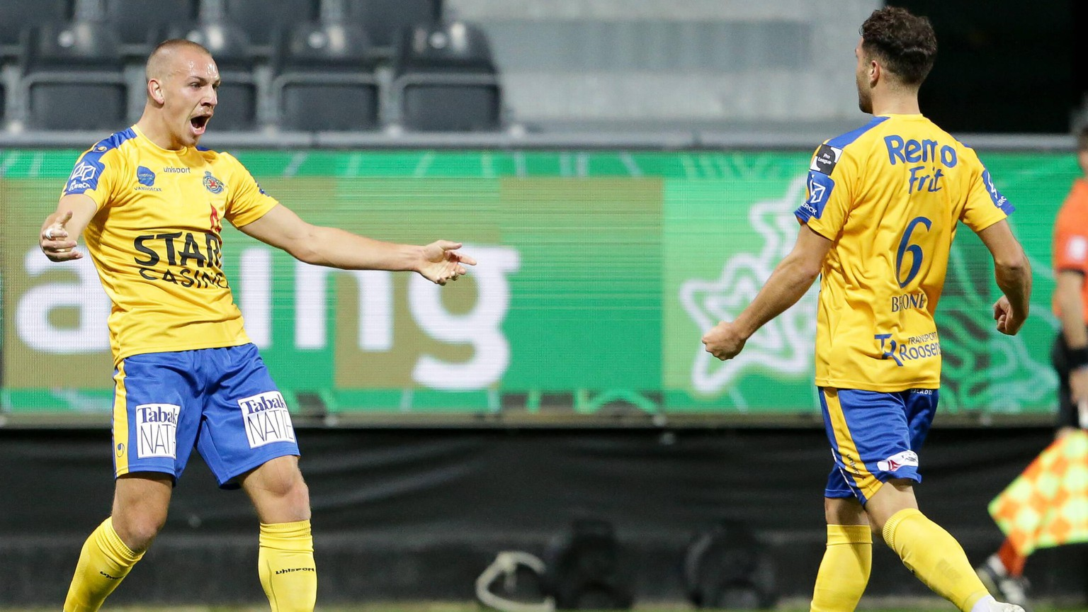 Michael Frey Waasland-Beveren 99 jubelt, freut sich, Jubel, Freude mit Leonard Bertone Waasland-Beveren 6 nach dem Tor zum 0:1 / Fussball, Jupiler Pro League, Divison 1A, Belgien, 12. Spieltag, Saison 2020-2021 / 07.11.2020 / KAS Eupen - Waasland-Beveren / Kehrwegstadion, Eupen / *** Michael Frey Waasland Beveren 99 cheers, rejoices, joy with Leonard Bertone Waasland Beveren 6 after the goal of 0 1 Football, Jupiler Pro League, Division 1A, Belgium, 12 Matchday, Season 2020 2021 07 11 2020 KAS Eupen Waasland Beveren Kehrwegstadion, Eupen PUBLICATIONxNOTxINxLUX