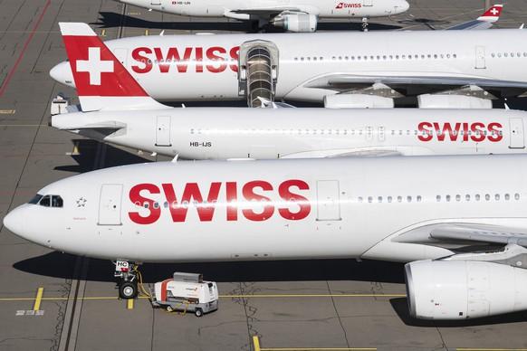 ARCHIV - ZUM ERGEBNIS 2020 DER SWISS STELLEN WIR IHNEN FOLGENDES BILDMATERIAL ZUR VERFUEGUNG - Parked planes of the airline Swiss at the airport in Zurich, Switzerland on Monday, 23 March 2020. The bigger part of the Swiss airplanes are not in use due to the outbreak of the coronavirus. (KEYSTONE/Ennio Leanza)