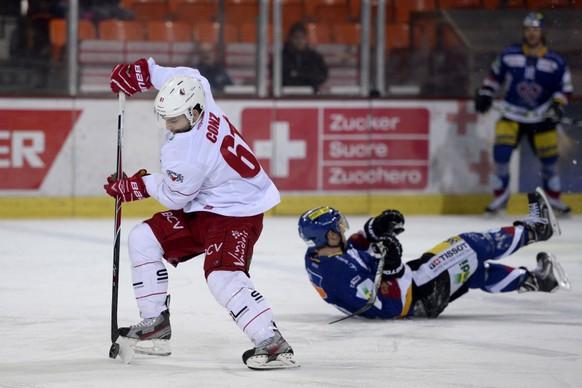 21.02.2015; Biel; Eishockey NLA - EHC Biel - Lausanne HC; (von links:) Florian Conz (Lausanne) und Jerome Samson (Biel) (Sandro Stutz/freshfocus)
