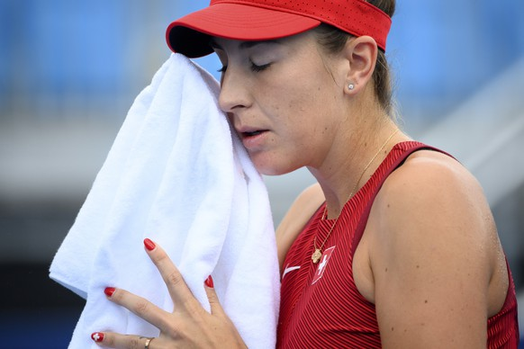 epa09368726 Belinda Bencic of Switzerland reacts after missing a ball against Barbora Krejcikova of Czech Republic during the women's singles tennis third round match at the 2020 Tokyo Summer Olympics at the Ariake Tennis Park in Tokyo, Japan, 27 July 2021.  EPA/LAURENT GILLIERON