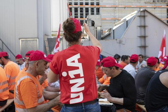 Arbeiter anlaesslich des Startschusses zur Baukampagne und Streikabstimmung mit einer Protestpause auf der Baustelle Kunsthaus, aufgenommen am Donnerstag, 19. April 2018 in Zuerich. (KEYSTONE/Ennio Leanza)