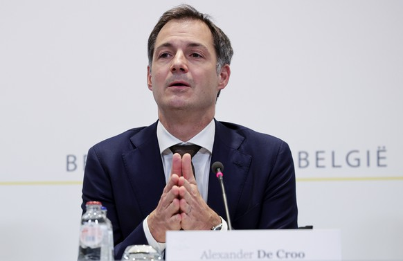 epa08847070 Belgium Prime Minister Alexander De Croo during a news conference following a Consultative Committee meeting on the coronavirus COVID-19 in Brussels, Belgium, 27 November 2020. Belgium's Prime Minister De Croo announced non-essential shops can re-open from 01 December. Cafes and restaurants will have to stay closed until 01 February 2021.  EPA/Olivier Matthys / POOL