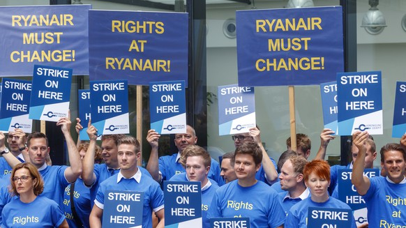 epa06940681 Pilots of Irish low-cost airline Ryanair hold banners at Frankfurt International airport during a pilots strike of Ryanair in Frankfurt, Germany, 10 August 2018. Hundreds of Ryanair flights will be cancelled starting 10 August in Europe as other Ryanair pilots from Sweden, Ireland and Germany are on strike too.  EPA/RONALD WITTEK