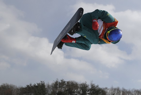 epa06519718 Scotty James of Australia in action during the Men's Snowboard Halfpipe qualification run at the Bokwang Phoenix Park during the PyeongChang 2018 Olympic Games, South Korea, 13 February 2018.  EPA/SERGEI ILNITSKY