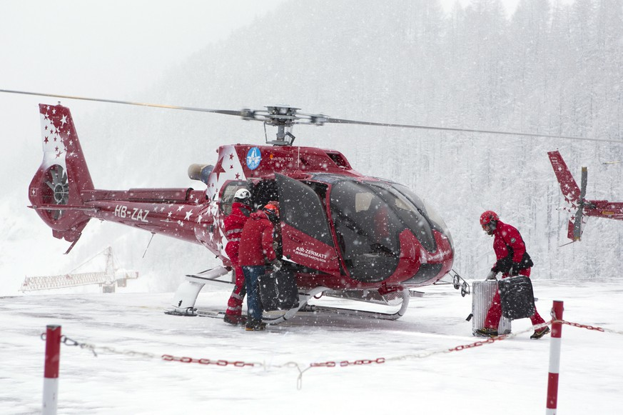 epa06461597 A helicopter operates an airlift to Taesch, at heliport Zermatt, in Zermatt, Switzerland, 21 January 2018. Due to heavy snowfall, Zermatt can only be reached by air. Swiss authorities have closed roads and train service into the town of Zermatt amid a heightened risk of avalanches.  EPA/PHILIPPE MOOSER