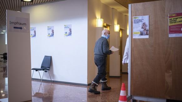 Ein Mann schreitet zur Impfung, im Impfzentrum gegen das Coronavirus, am Montag, 25. Januar 2021, im Kongresszentrum in Davos. Heute nehmen im Kanton Graubuenden neun regionale Impf- und Testzentren den Betrieb auf. (KEYSTONE/Gian Ehrenzeller)