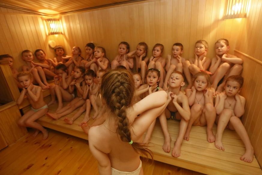 mädchen nackt in umkleidekabine