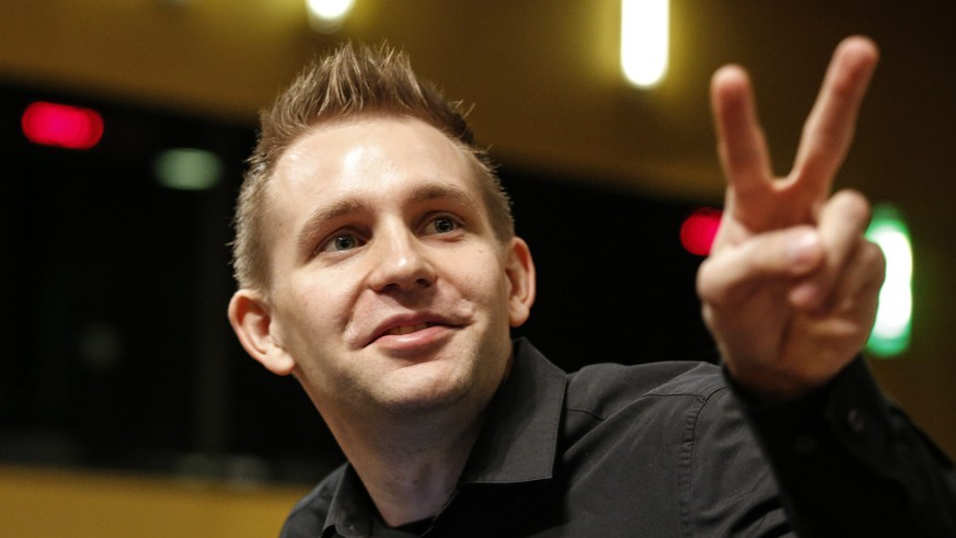 epa04965311 Austrian Max Schrems waits for the verdict of the European Court of Justice in Luxembourg, 06 October 2015. Max Schrems filed a data privacy infringement lawsuits against Facebook, the online social networking service .  EPA/JULIEN WARNAND
