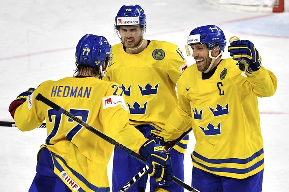 epa05980198 Sweden's defender Victor Hedman (L) celebrates with his teammates after scoring the 1-0 lead during the 2017 IIHF Ice Hockey World Championship final between Canada and Sweden in Cologne, Germany, 21 May 2017.  EPA/SASCHA STEINBACH