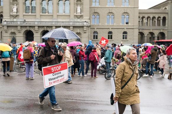 Demonstranten protestieren auf dem Bundesplatz gegen die Coronavirus Massnahmen am Samstag, 2. Mai 2020 in Bern. (KEYSTONE/Manuel Lopez)