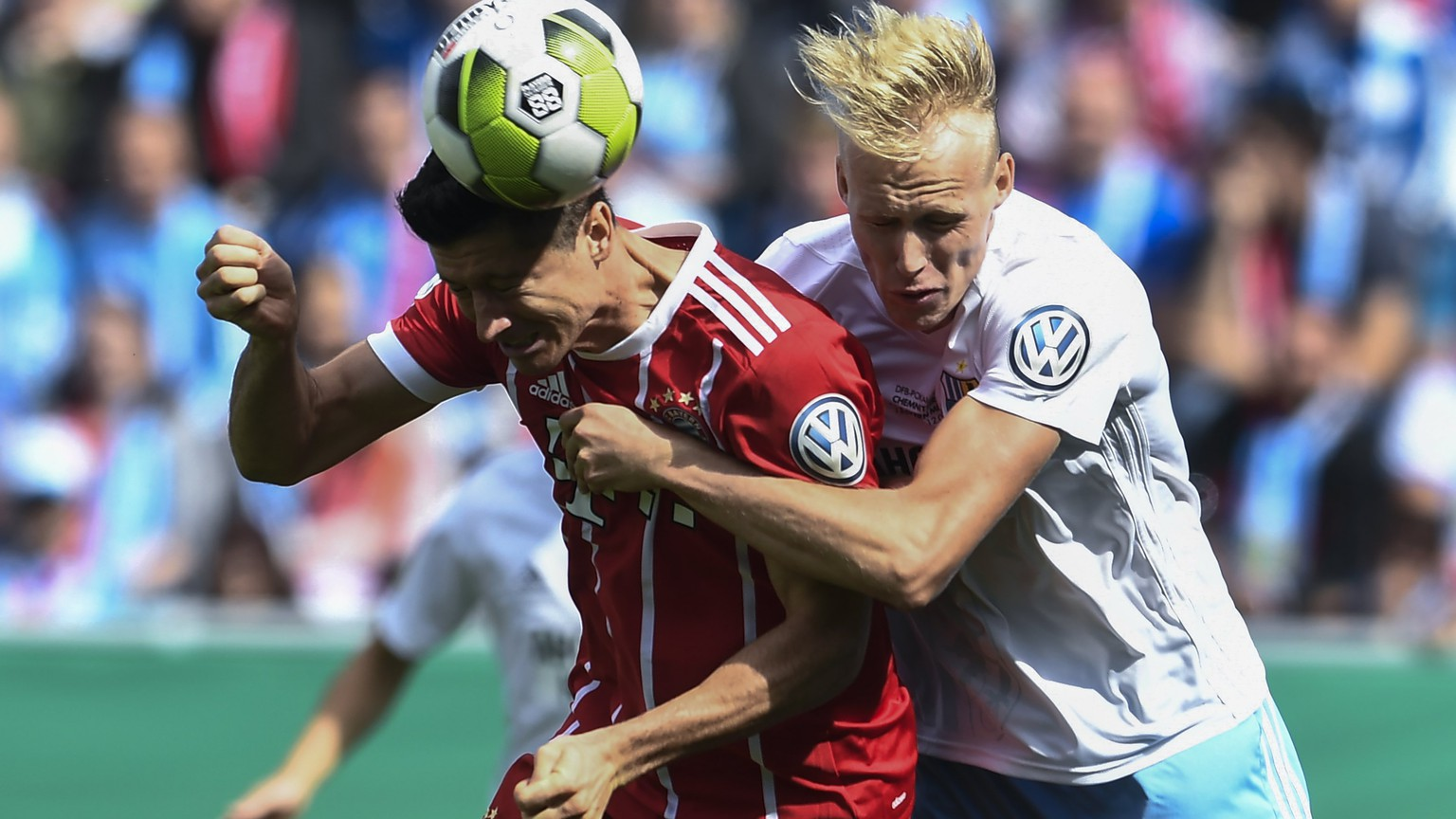 epa06140102 Chemnitz's Tom Scheffel (R) in action against Bayern's Robert Lewandowski (L) during the German DFB Cup first round match between Chemnitzer FC and FC Bayern Munich in Chemnitz, Germany, 12 August 2017.  EPA/FILIP SINGER ATTENTION: BLOCKING PERIOD! The DFB permits the further utilisation and publication of the pictures for mobile services (especially MMS) and for DVB-H and DMB only after the end of the match.)